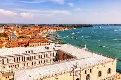 O palácio do doge e a lagoa Venetian, vista de San Marco Campanile fotografia de stock