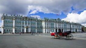 O palácio do inverno no quadrado do palácio em St Petersburg, Rússia foto de stock royalty free