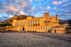 O palácio do ` s do príncipe de Mônaco no nascer do sol fotografia de stock