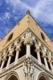 O palácio do ` s do doge em Veneza: canto da fachada com esculturas angulares foto de stock royalty free