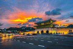 O palácio e o carro de Geyongbokgung iluminam-se na noite em Seoul, Coreia do Sul fotos de stock royalty free
