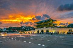 O palácio e o carro de Geyongbokgung iluminam-se na noite em Seoul, Coreia do Sul imagem de stock