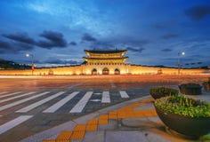 O palácio e o carro de Geyongbokgung iluminam-se na noite em Seoul, Coreia do Sul fotografia de stock
