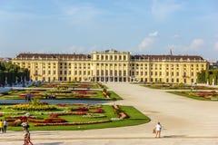 O palácio e de Schonbrunn são paisagem famosa do parque imagem de stock
