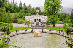 O palácio e a fonte de Linderhof agrupam a flora e os puttos em Baviera Imagem de Stock