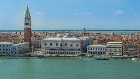 O palácio e St Mark do doge elevam-se, muitos povos nas ruas de Veneza, barcos no canal vídeos de arquivo