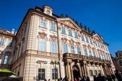 O palácio histórico do ½ de Kinskà construiu localizado 1755 na praça da cidade velha em Praga foto de stock