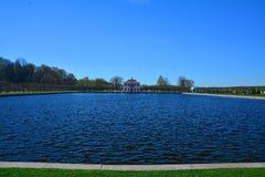 O palácio margoso e Marlinsky pond em Peterhof, St Petersburg, Rússia Fotografia de Stock