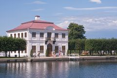 O palácio margoso. Peterhof, St Petersburg, Rússia Fotos de Stock
