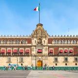 O palácio nacional ao lado do Zocalo em Cidade do México fotografia de stock