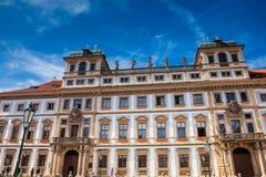 O palácio Tuscan histórico construiu localizado 1690 no quadrado de Hradcany foto de stock