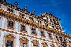 O palácio Tuscan histórico construiu localizado 1690 no quadrado de Hradcany imagens de stock royalty free