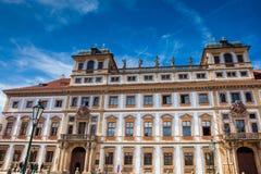 O palácio Tuscan histórico construiu localizado 1690 no quadrado medieval de Hradcany fotos de stock royalty free