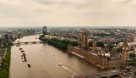 O palácio Westminster ou o parlamento com o rio Tamisa em Londres fotos de stock