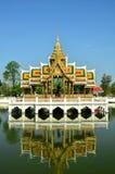 O palácio tailandês é refletido na água Imagens de Stock Royalty Free