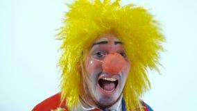 O palhaço engraçado no corredor colorido do traje amedrontou para a câmera Tiro do close-up video estoque
