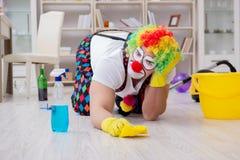 O palhaço engraçado que faz a limpeza em casa imagem de stock royalty free