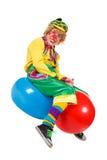 O palhaço engraçado senta-se em bolas imagem de stock royalty free