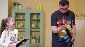 O palhaço mostra à menina um truque com uma varinha mágica e um saco 4k filme