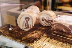 O Pancetta é um bacon italiano feito da carne da barriga de carne de porco, aquele é sal curado e temperado com pimenta preta imagem de stock