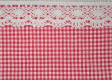 O pano rural vermelho e o vintage laçado da fita denominam a textura do fundo Fotos de Stock Royalty Free