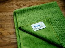 O pano verde AMWAY de Microfibre DIRIGE no fundo de madeira Foto de Stock Royalty Free