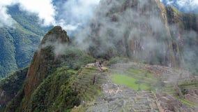 O panorama antigo do local da ruína do inca de Peru Machu Picchu com manhã nubla-se vídeos de arquivo