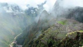 O panorama antigo do local da ruína do inca de Peru Machu Picchu com manhã nubla-se filme