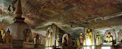 O panorama com estátua da Buda e a pintura em Dambulla cavam o templo Imagens de Stock