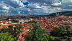 O panorama da cidade velha de Praga com vermelho telha o timelapse, a ponte famosa de Charles e o rio de Vltava, República Checa video estoque