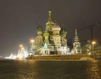 O panorama da noite das paredes do Kremlin e Imagens de Stock Royalty Free