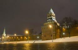 O panorama da noite das paredes do Kremlin e Fotos de Stock