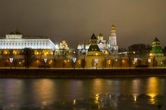 O panorama da noite das paredes do Kremlin e Fotos de Stock Royalty Free
