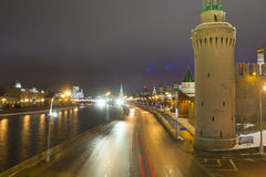 O panorama da noite das paredes do Kremlin e Imagem de Stock Royalty Free