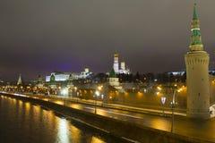 O panorama da noite das paredes do Kremlin e Foto de Stock Royalty Free