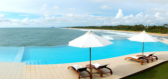 O panorama da piscina da opinião do mar imagens de stock royalty free