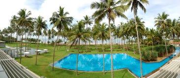O panorama da piscina e da praia imagens de stock royalty free