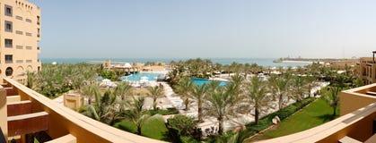 O panorama da praia no hotel de luxo Imagens de Stock Royalty Free