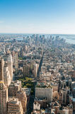 O panorama de New York City com arranha-céus altos fotos de stock royalty free