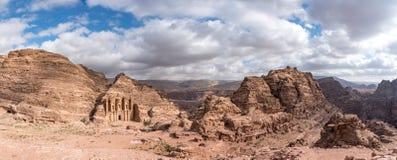 O panorama de Petra Monastery cinzelou na cara do penhasco do arenito cercada por mais vermelho, e os penhascos do rosa e uma nuv Fotos de Stock