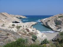 O panorama de uma angra pequena com lua branca balança ao redor aos Milos em Grécia Fotografia de Stock Royalty Free