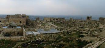 O panorama dentro de Aleppo arruinou a citadela, Síria fotos de stock