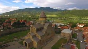 O panorama disparou do templo ortodoxo antigo, vizinhança histórica em Geórgia vídeos de arquivo