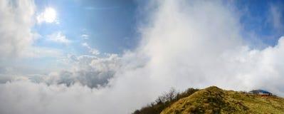 O panorama do céu nebuloso e da montanha de Magestic ajardina em Himalaya Foto de Stock