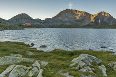 O panorama do por do sol sobre o lago Tevno e Kamenitsa repicam, montanha de Pirin fotos de stock