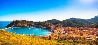O panorama e o porto da vila de Porto Ercole em um mar latem Antena vi foto de stock