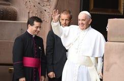 O papa acena aos admiradores Fotografia de Stock