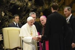 O papa Benedict cumprimenta o arcebispo Aquila Imagem de Stock Royalty Free