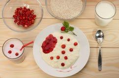 O papa de aveia com morangos silvestres, batido do leite do arroz e ingredien Fotografia de Stock