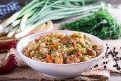 O papa de aveia da cevada fervido com cenouras, cebolas, pimenta e alho é um prato esloveno tradicional chamado ricet Fotografia de Stock Royalty Free
